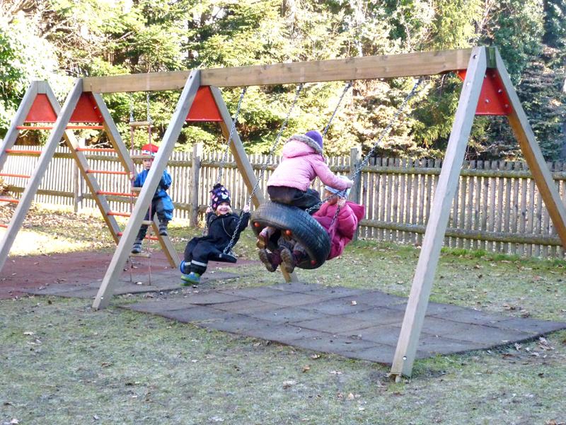 Foto: Kinder beim Schaukeln